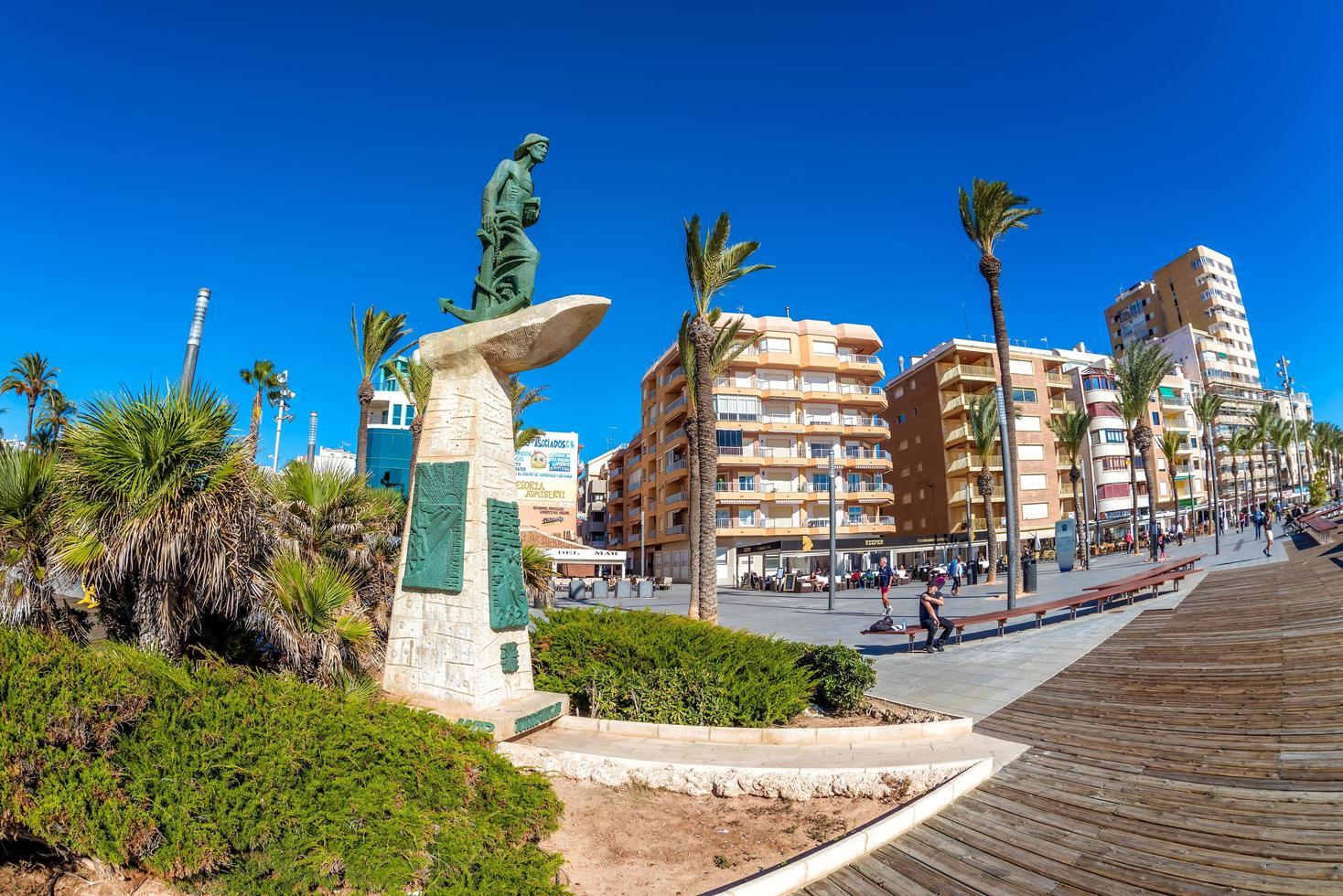 Torrevieja, Spanje 2017 - Standbeeld van de man van de zee aan de paseo juan aparicio foto
