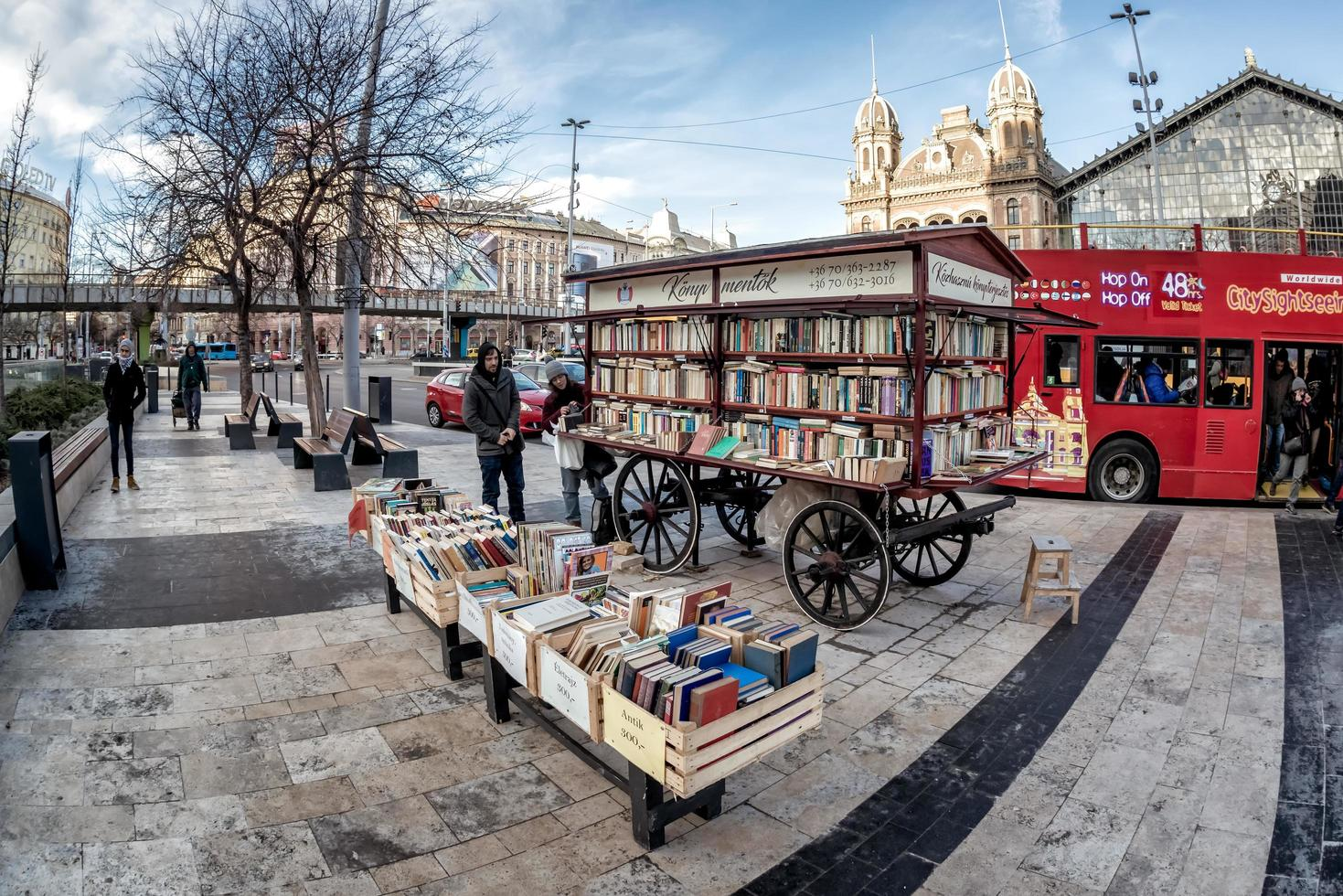 Boedapest, Hongarije 2019 - Boekverkoperskar vlakbij het metrostation foto