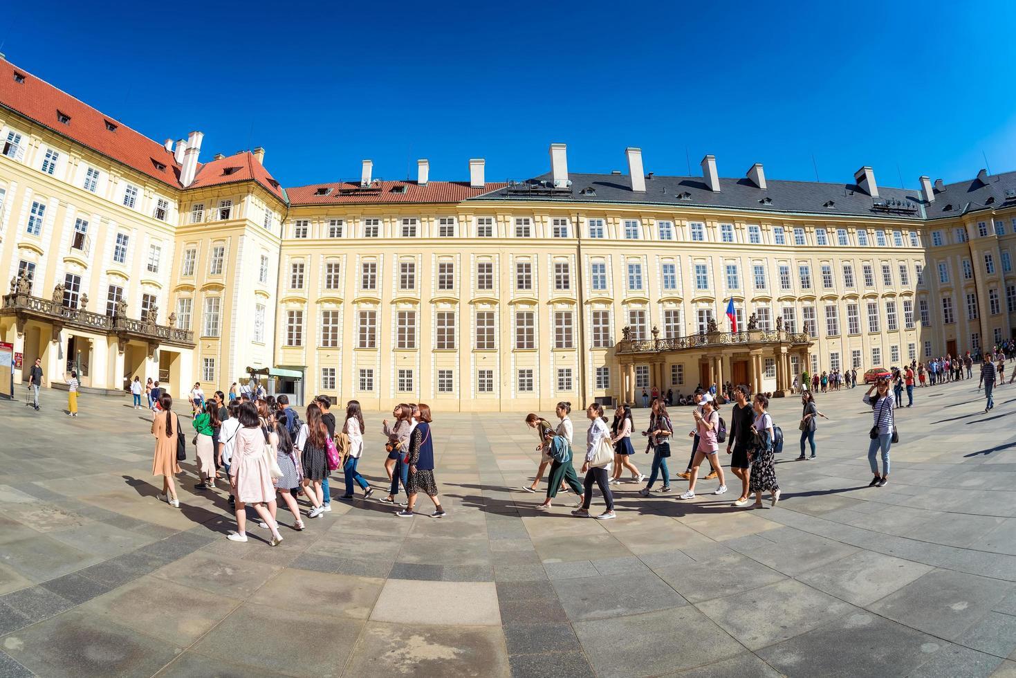 Praag, Tsjechië 2017-- groep toeristen op de derde binnenplaats van het kasteel van Praag foto