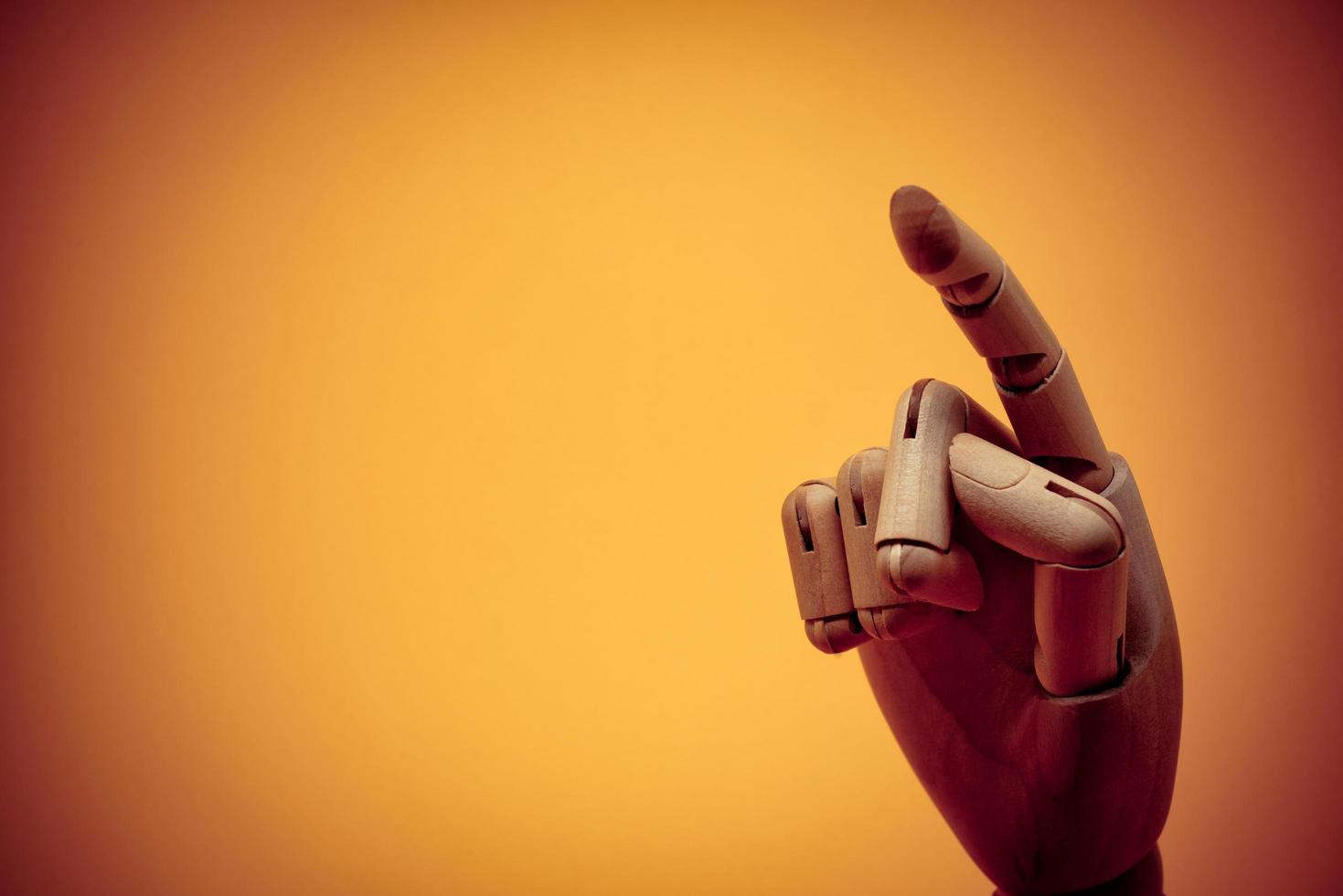 houten dummy hand wijzend op onzichtbaar object foto