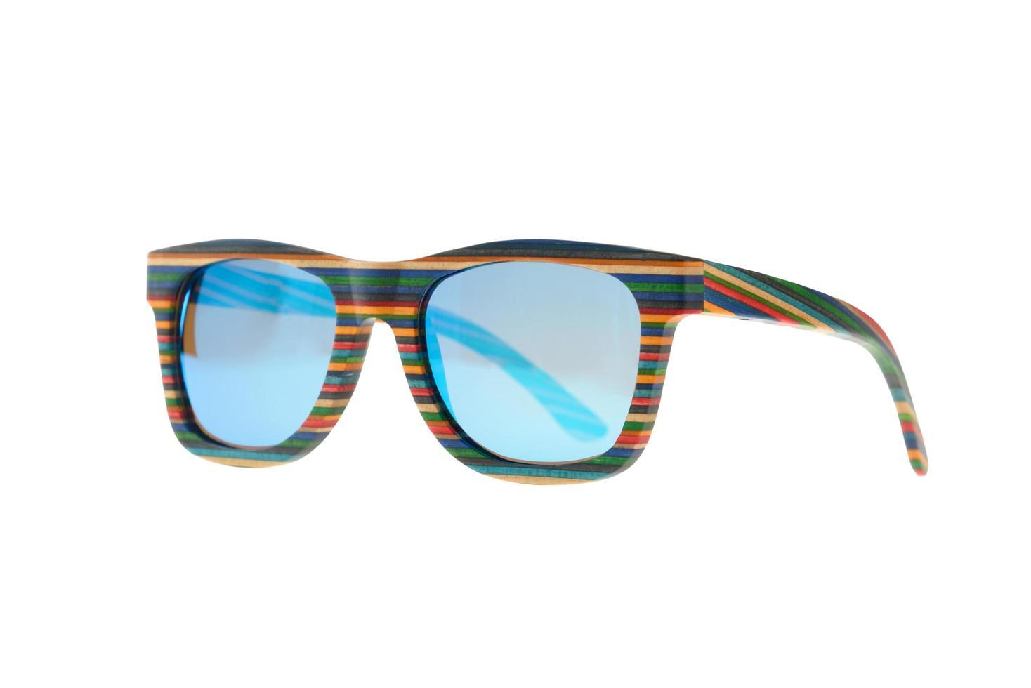 houten kleurrijke gestreepte zonnebril op witte achtergrond foto