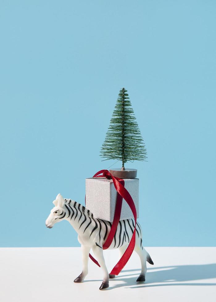 zebra met cadeau en kerstboom foto