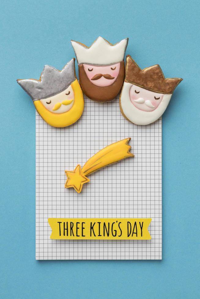 drie koningen dag cookies op papier foto