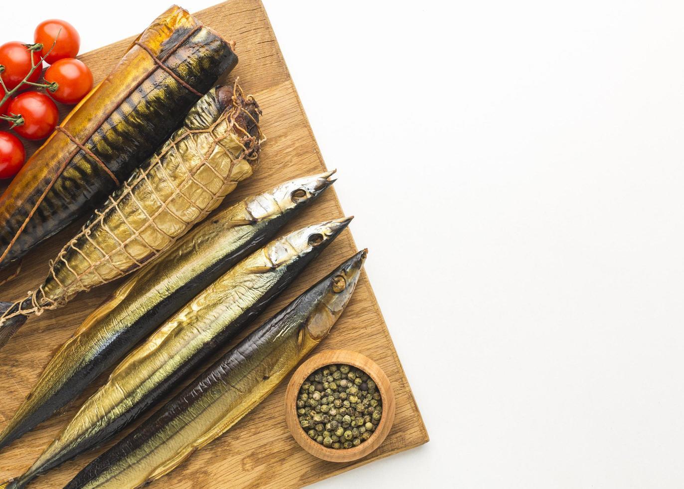 gerookte vis op een houten bord foto