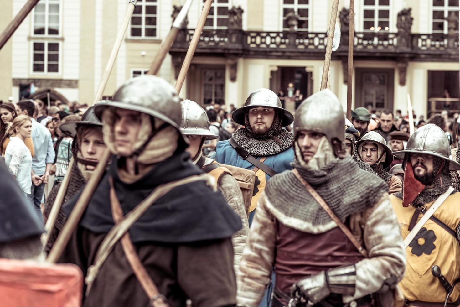 Praag, Tsjechië 2016 - gepantserde ridders leiden de mars van Charles IV bij het naspelen van de kroning van Charles IV in het kasteel van Praag foto