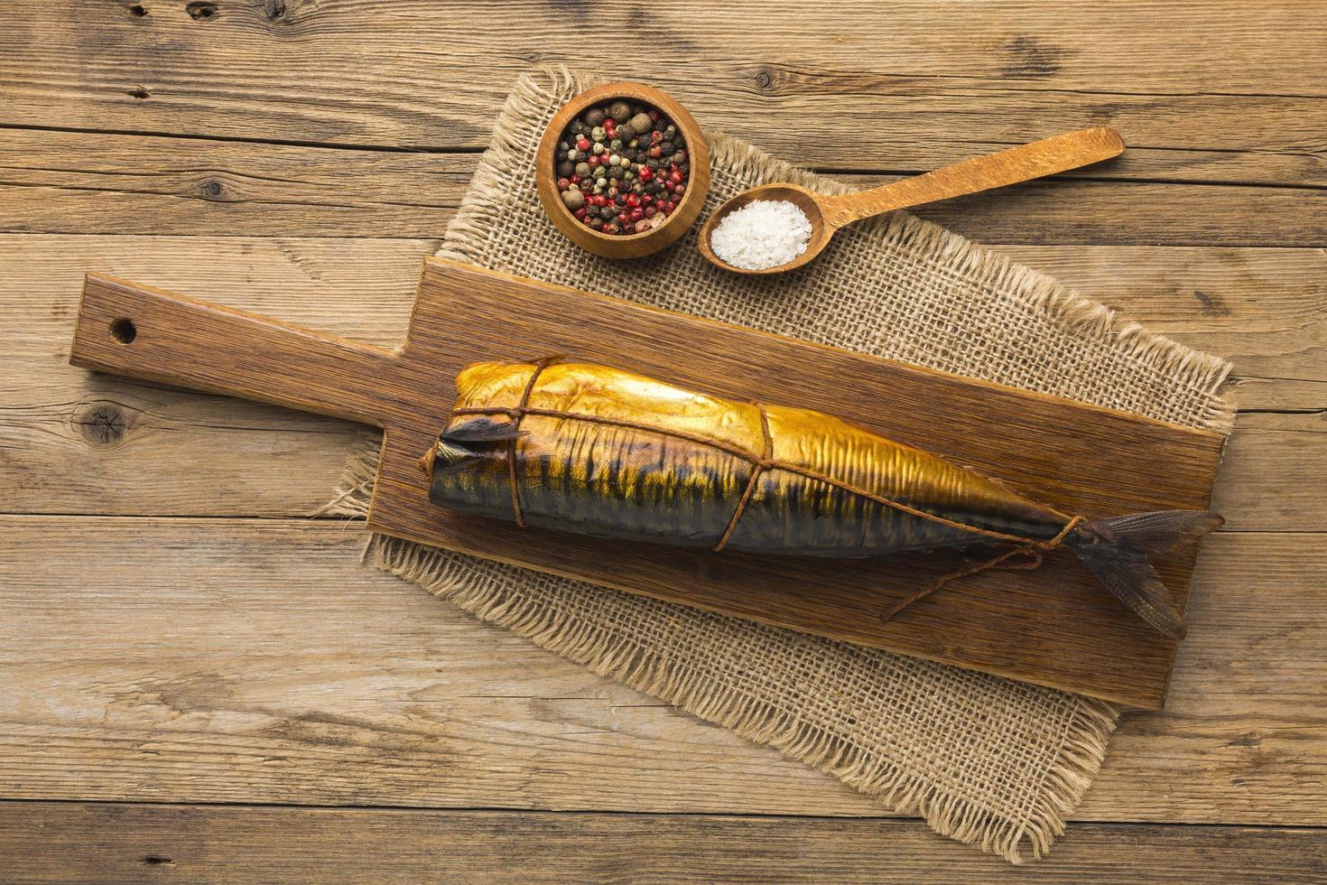 gerookte vis en kruiden foto