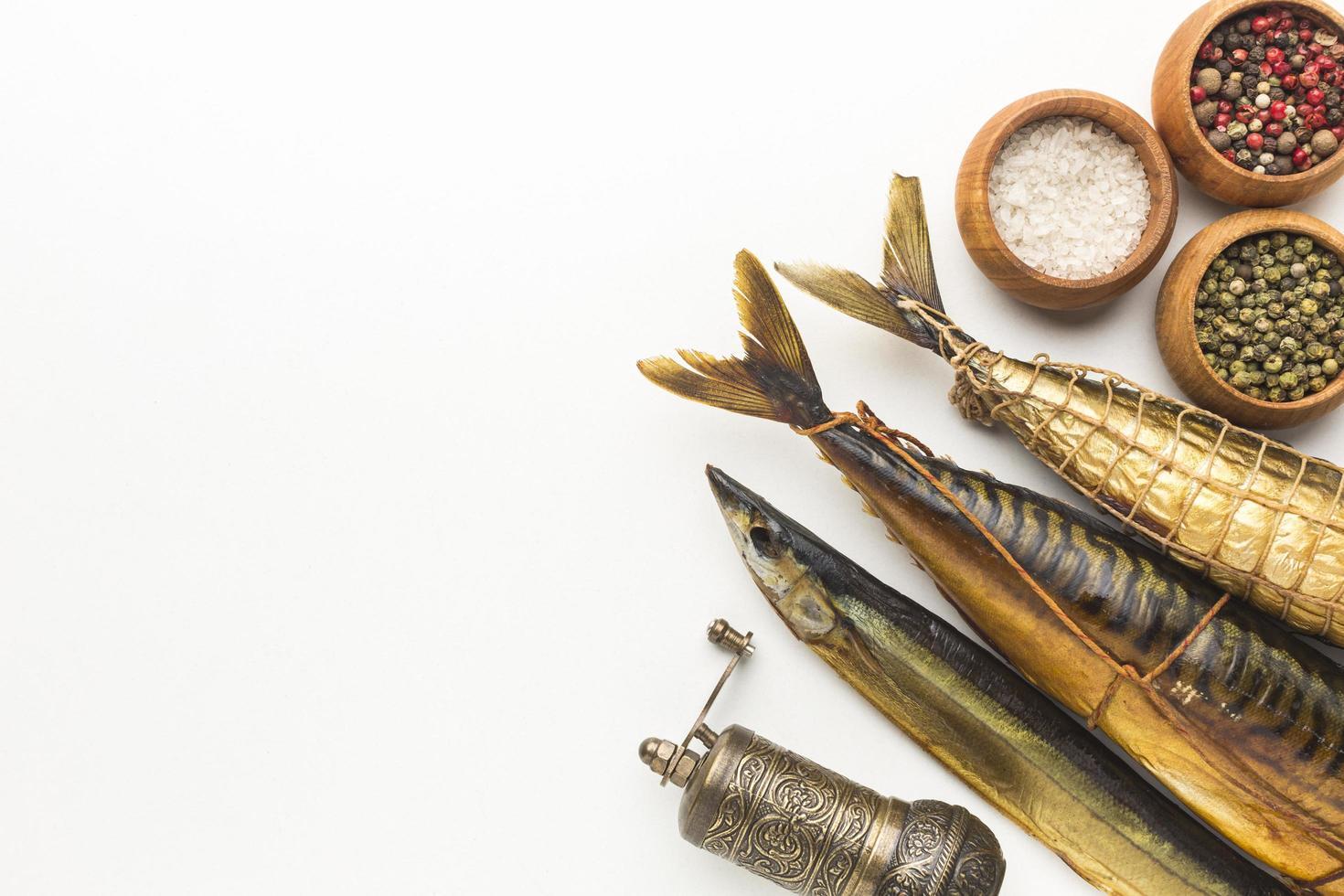 gerookte vis en kruiden op wit foto