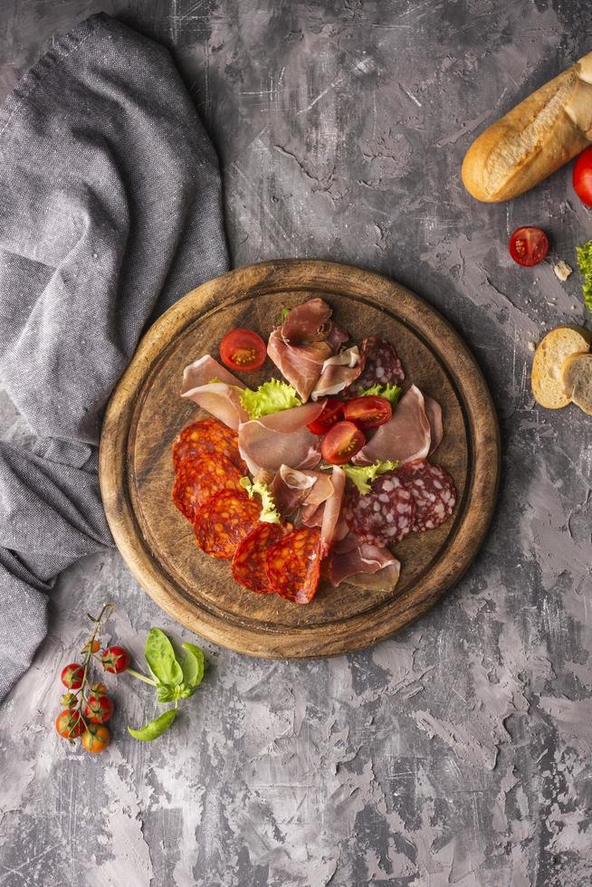 salami arrangement op een rond houten bord foto