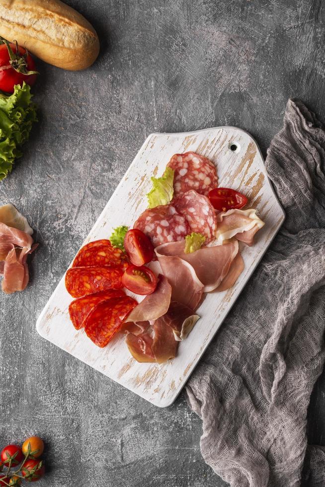 salami regeling op een wit bord foto