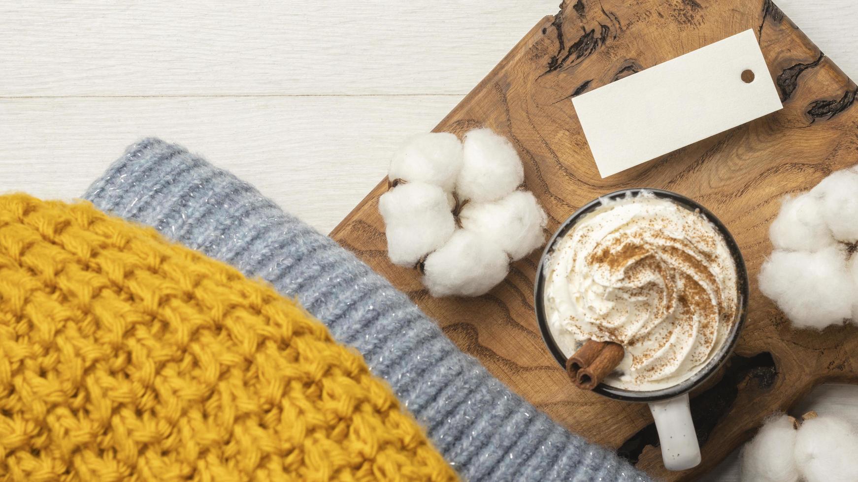 bovenaanzicht van een trui met koffie en katoen foto
