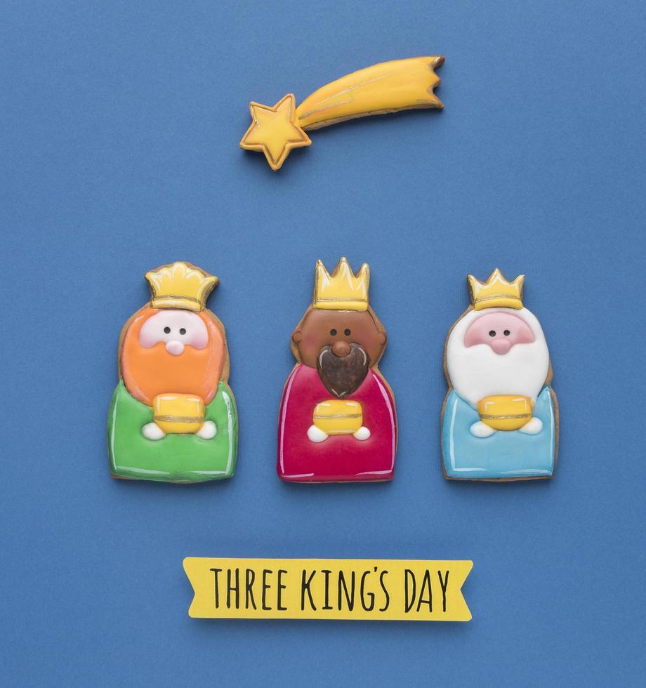 drie koningen dag cookies op blauw foto