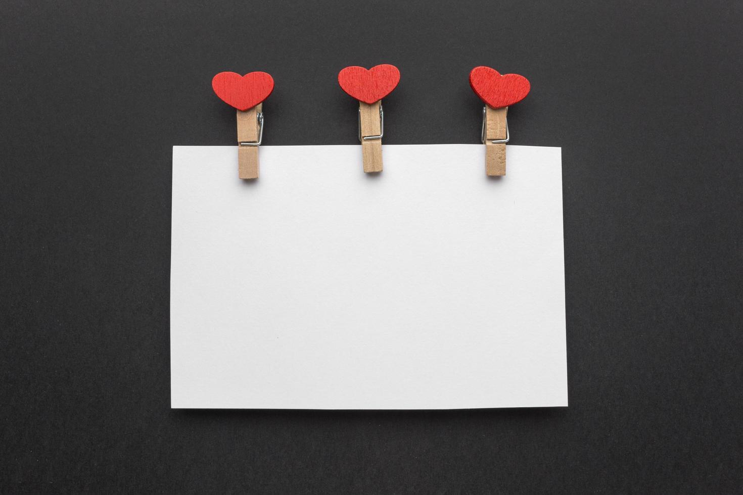 Valentijnsdag notitie mock-up op een zwarte achtergrond foto