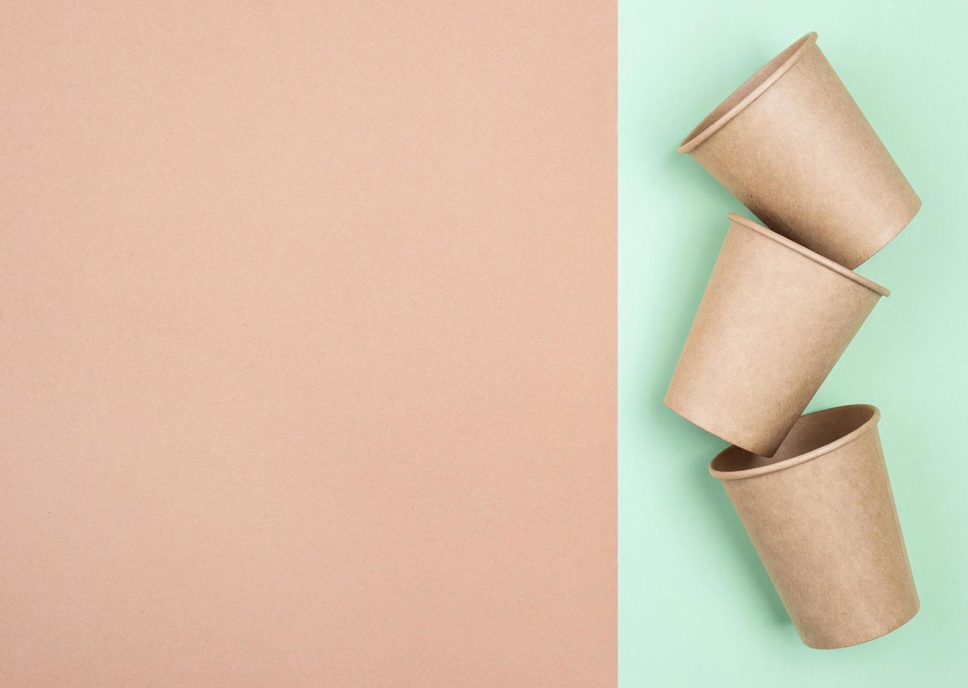 bruine papieren bekers en kopieer de ruimte foto