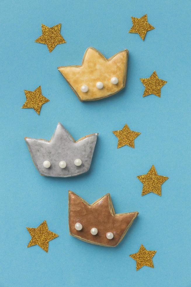 drie kroonkoekjes en sterren foto