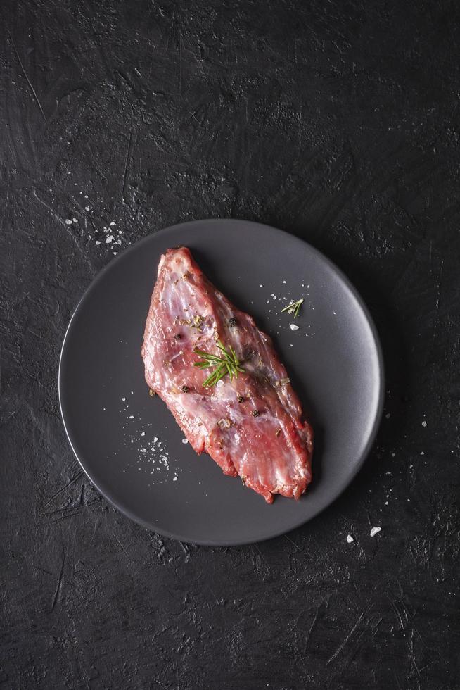 rauw vlees op een bord foto