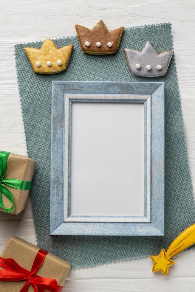 drie kroonkoekjes en leeg frame foto