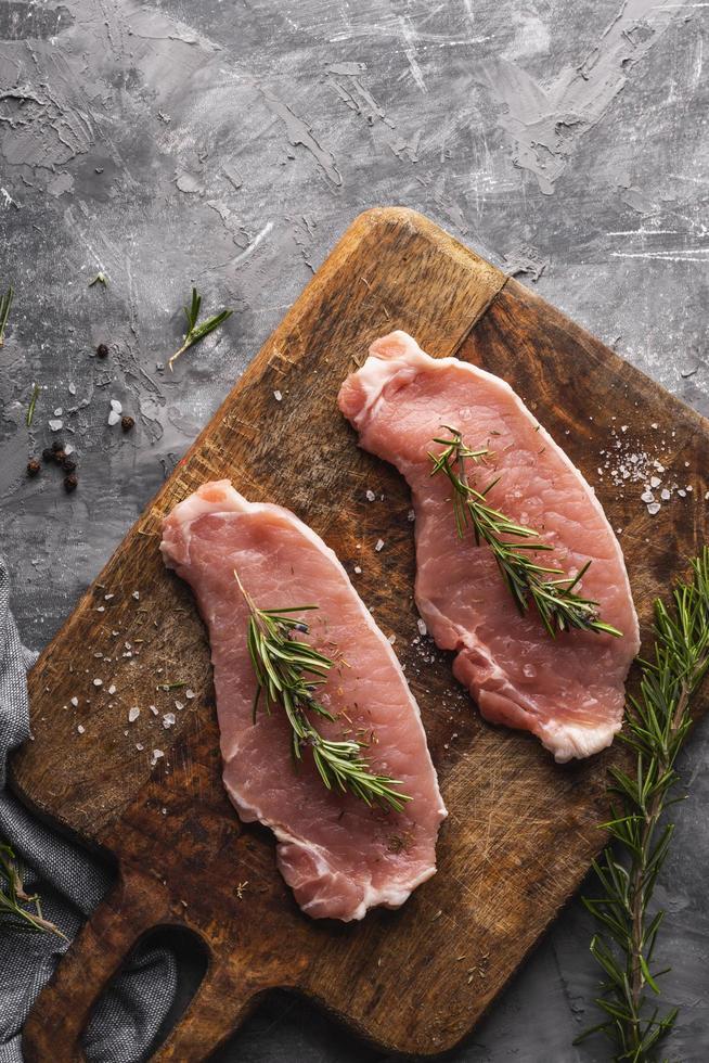 rauw vlees op een snijplank foto