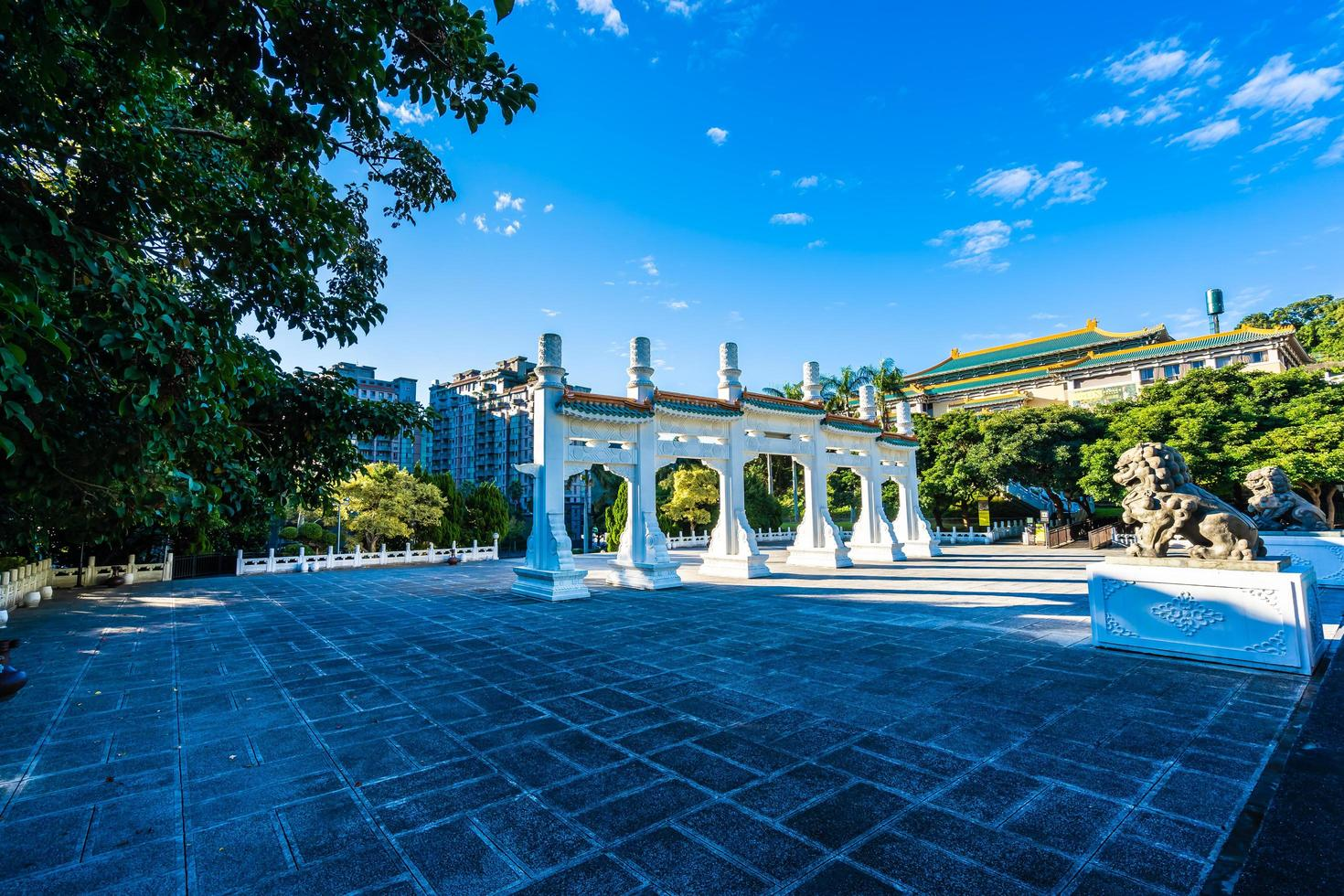 poort bij het nationale paleismuseum in de stad van taipei, taiwan foto
