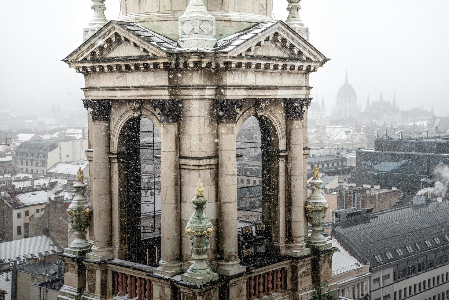 budapest, hongarije 2019 - klokkentoren van st. stephen basiliek foto