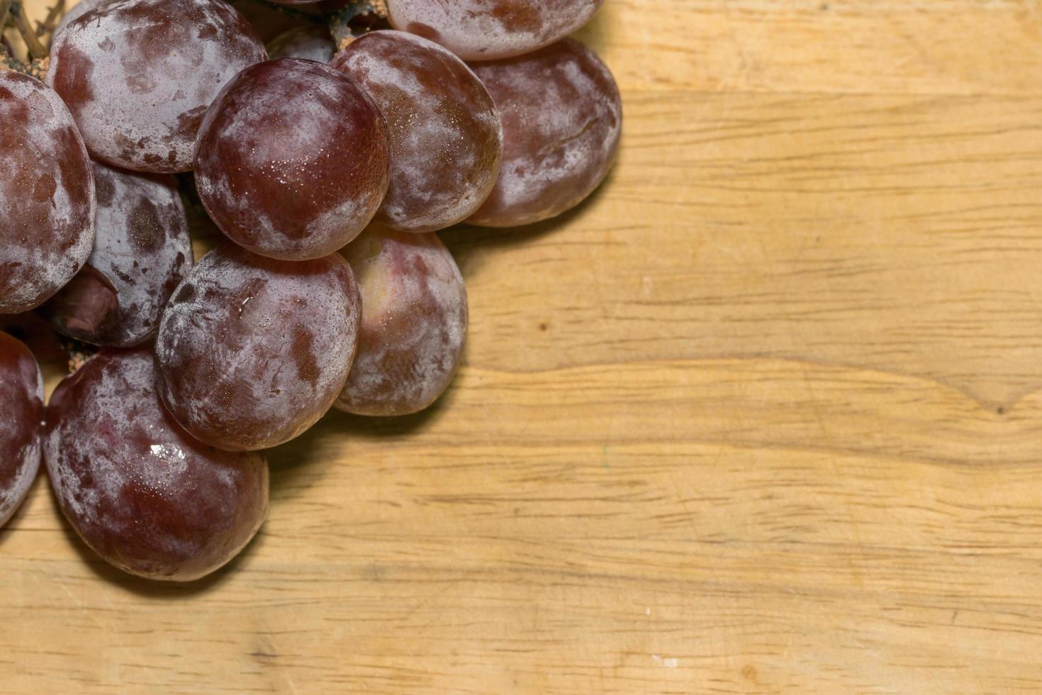 macro druiven op houten tafel foto