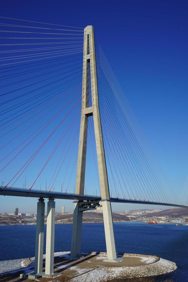 landschapsmening van de russky brug tegen een heldere blauwe hemel in Vladivostok, Rusland foto