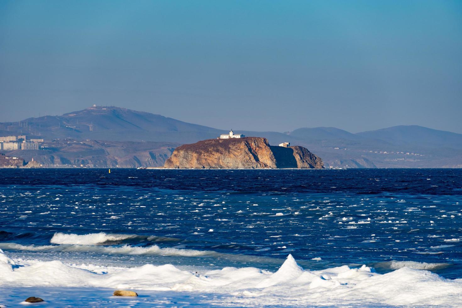 zeegezicht van een eiland in een watermassa met kustlijn in Vladivostok, Rusland foto