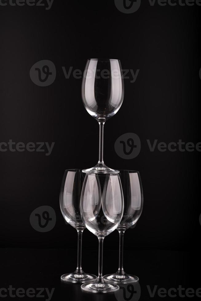 wijnglazen met zwarte achtergrond foto