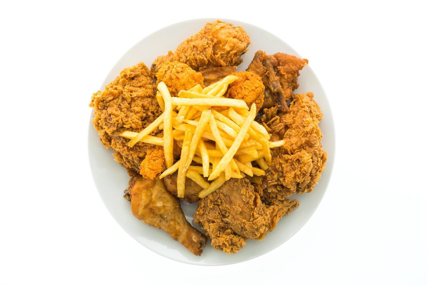 gebakken kip en frietjes op een witte plaat foto