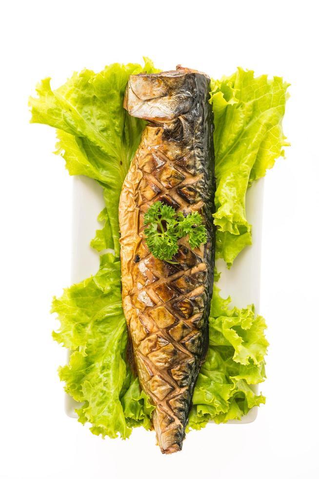 gegrilde saba-vis met zoete saus op een witte plaat foto
