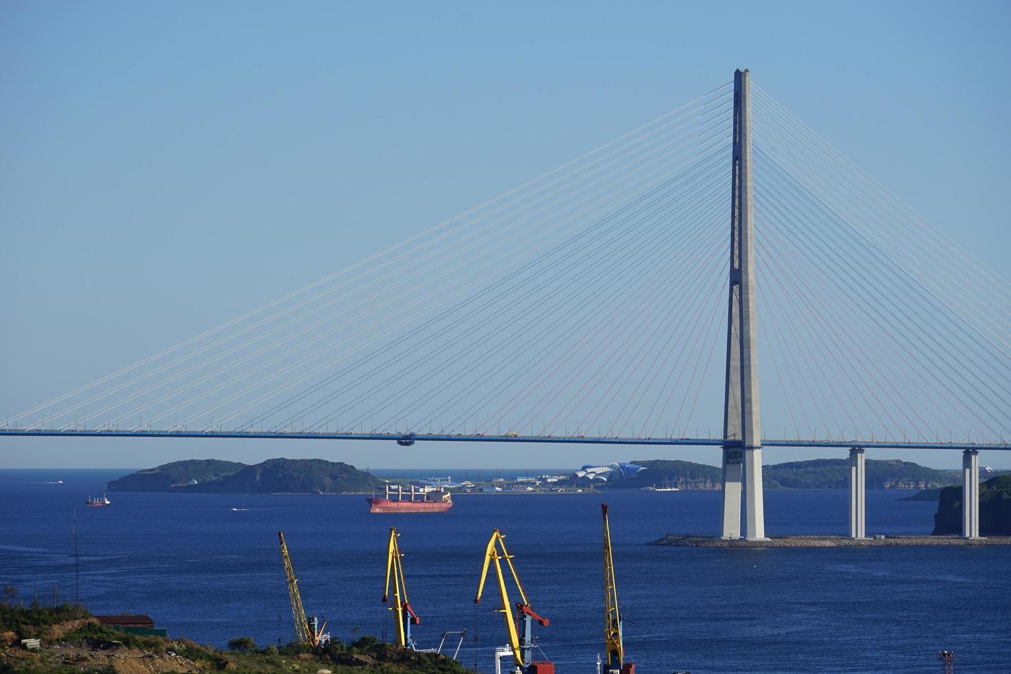 zeegezicht van russky brug en een kustlijn met bouwkranen in Vladivostok, Rusland foto