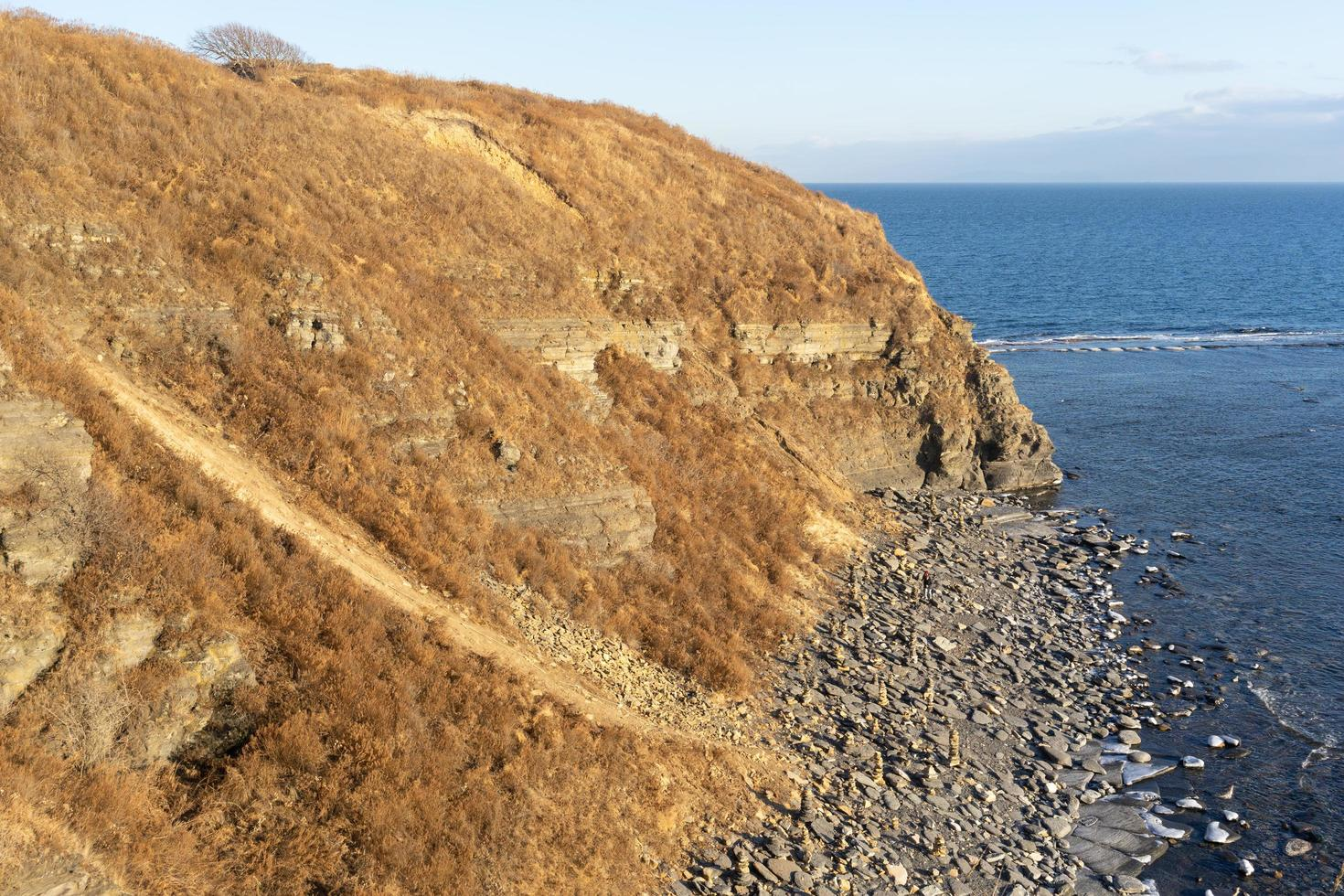 zeegezicht van een rotsachtige kustlijn en water in Vladivostok, Rusland foto