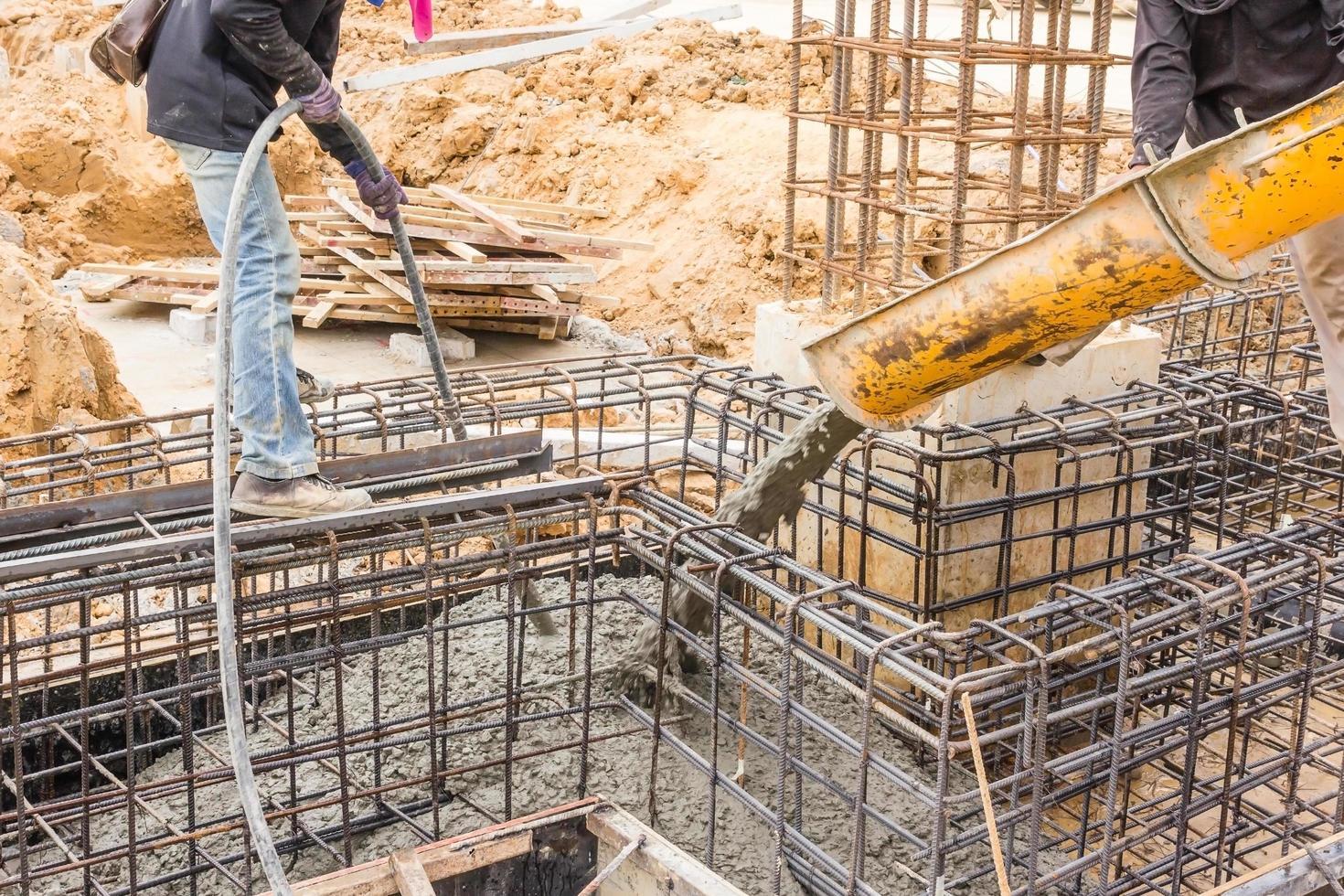beton gieten tijdens commerciële betonnen vloeren van gebouwen in bouwplaats foto