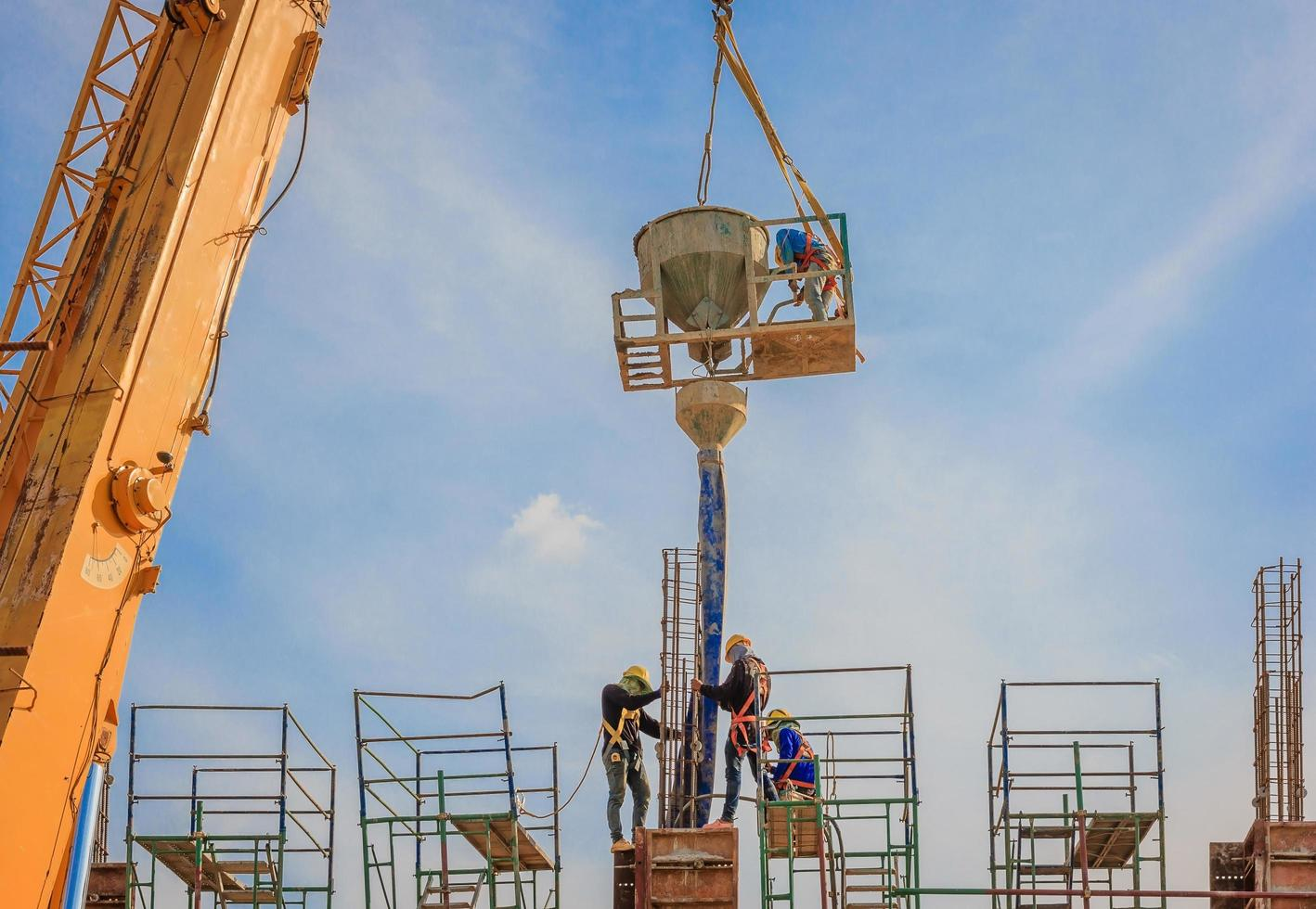 bouwvakkers werken op steigers op hoog niveau foto