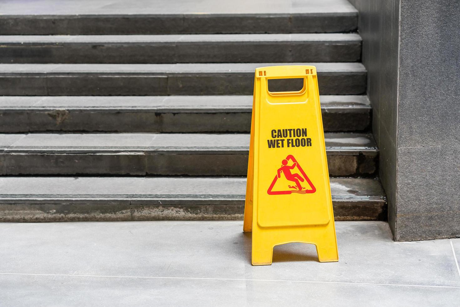 lobbyvloer met dweilemmer en waarschuwingsbord voor natte vloeren foto