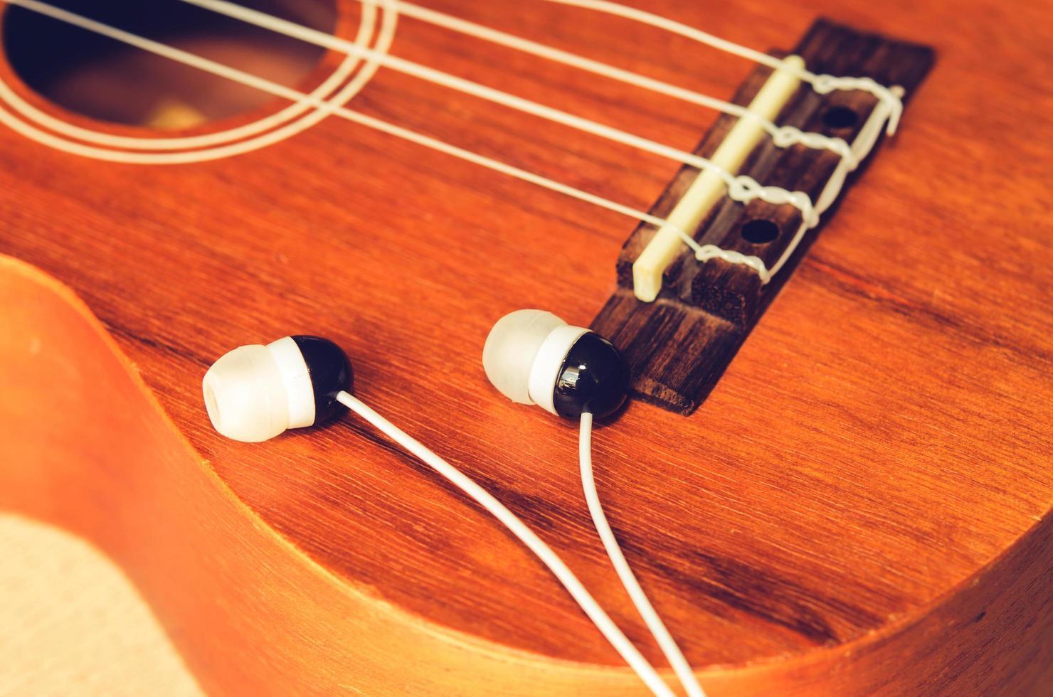 earpods op een ukelele foto