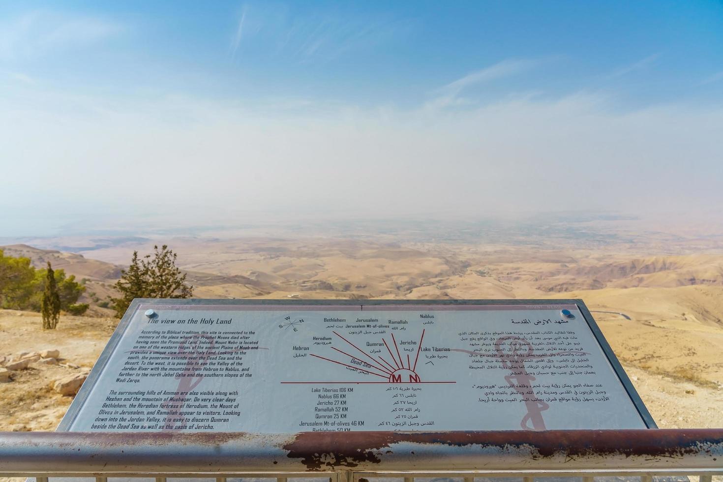 mount nebo, jordanië 2018 - uitzicht in mount nebo met uitzicht op het heilige land en de dode zee foto