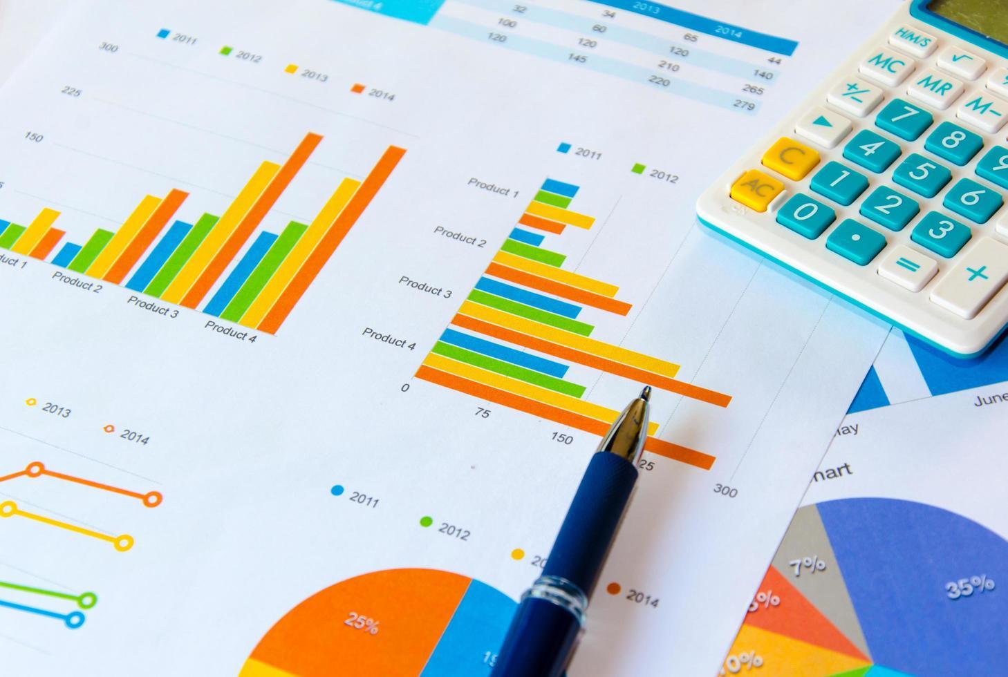 pen en rekenmachine op documenten foto