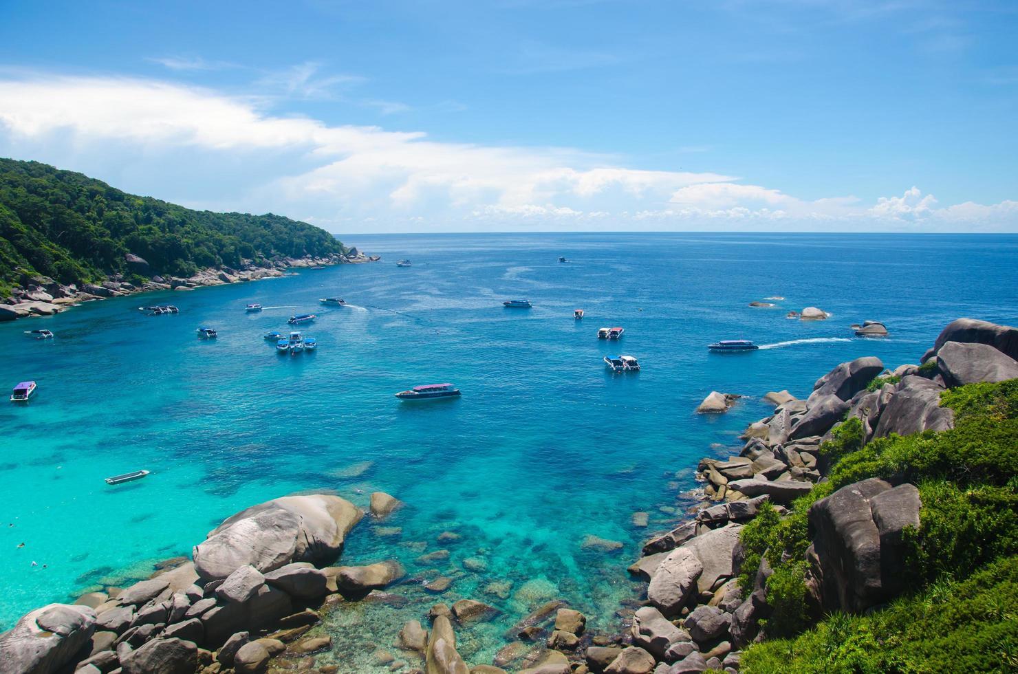 similan-eilanden, thailand, 2020 - boten op het water foto