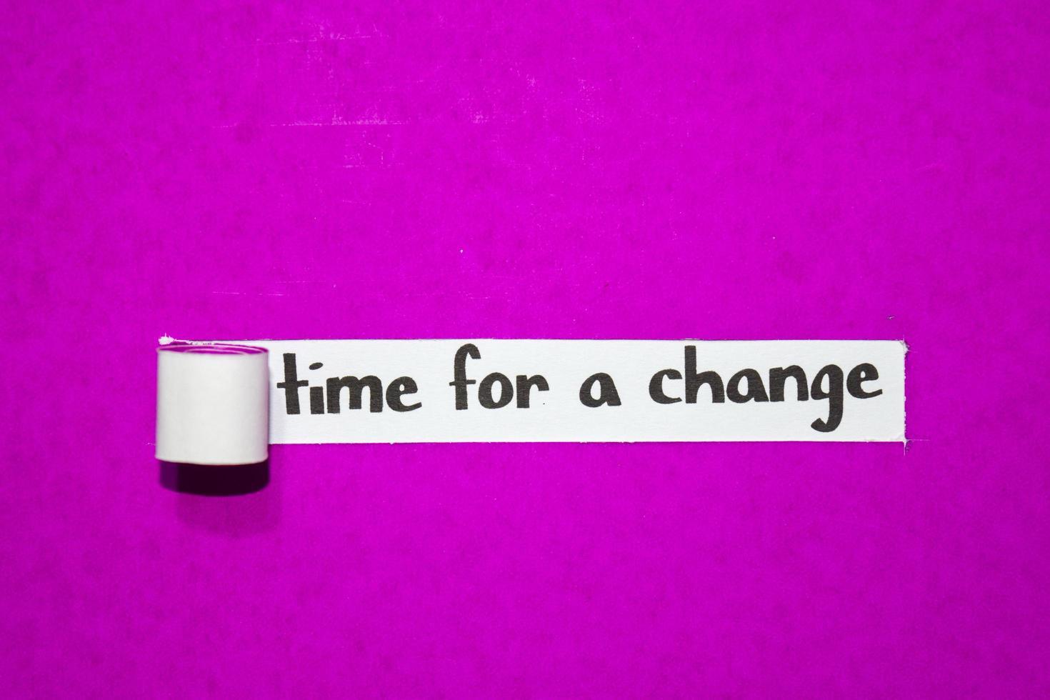 tijd voor een veranderingstekst, inspiratie, motivatie en bedrijfsconcept op paars gescheurd papier foto