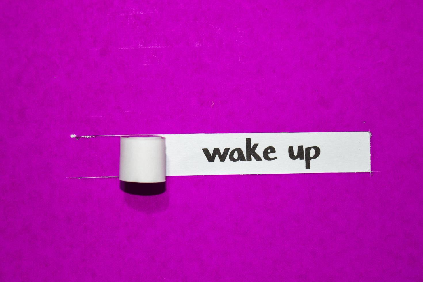 word wakker met tekst, inspiratie, motivatie en bedrijfsconcept op paars gescheurd papier foto