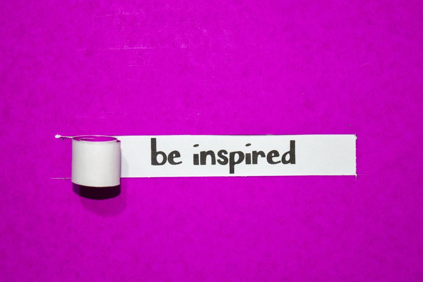 laat je inspireren tekst, inspiratie, motivatie en bedrijfsconcept op paars gescheurd papier foto