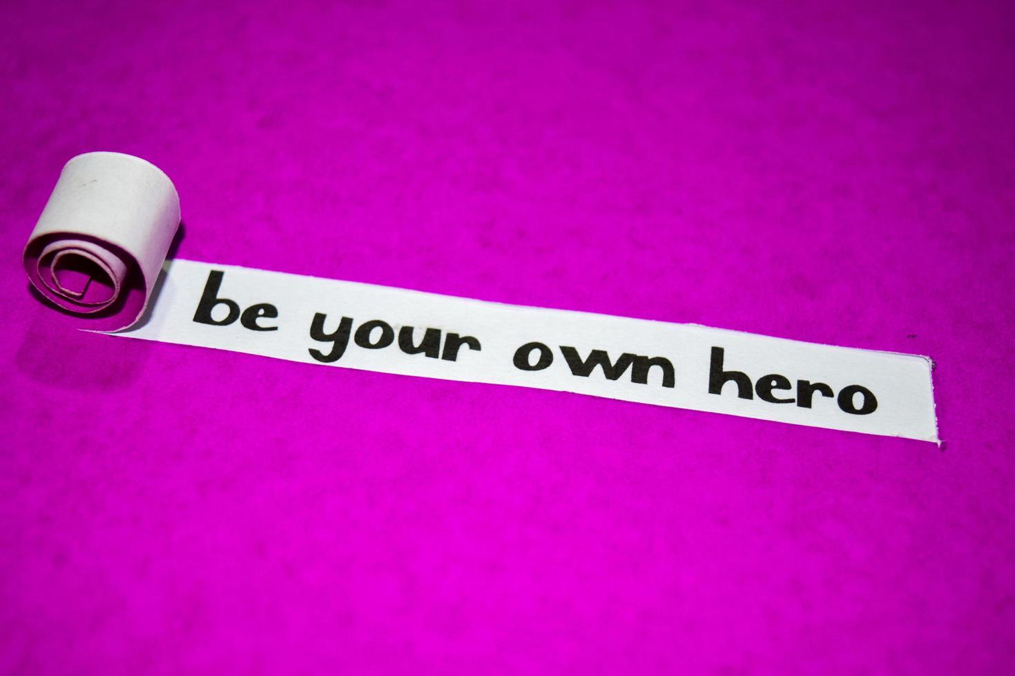 wees je eigen heldtekst, inspiratie, motivatie en bedrijfsconcept op paars gescheurd papier foto