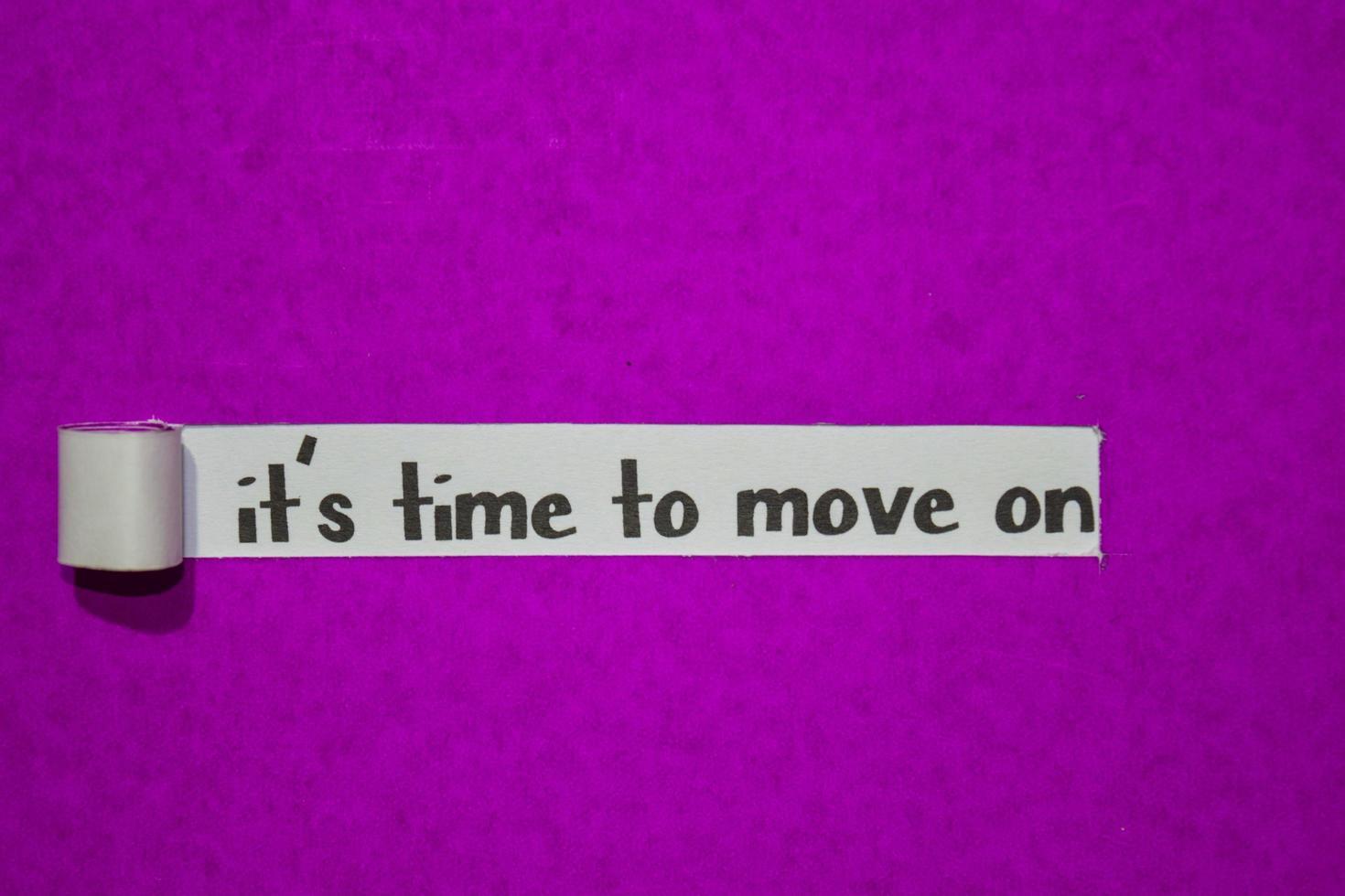het is tijd om verder te gaan met tekst, inspiratie, motivatie en bedrijfsconcept op paars gescheurd papier foto