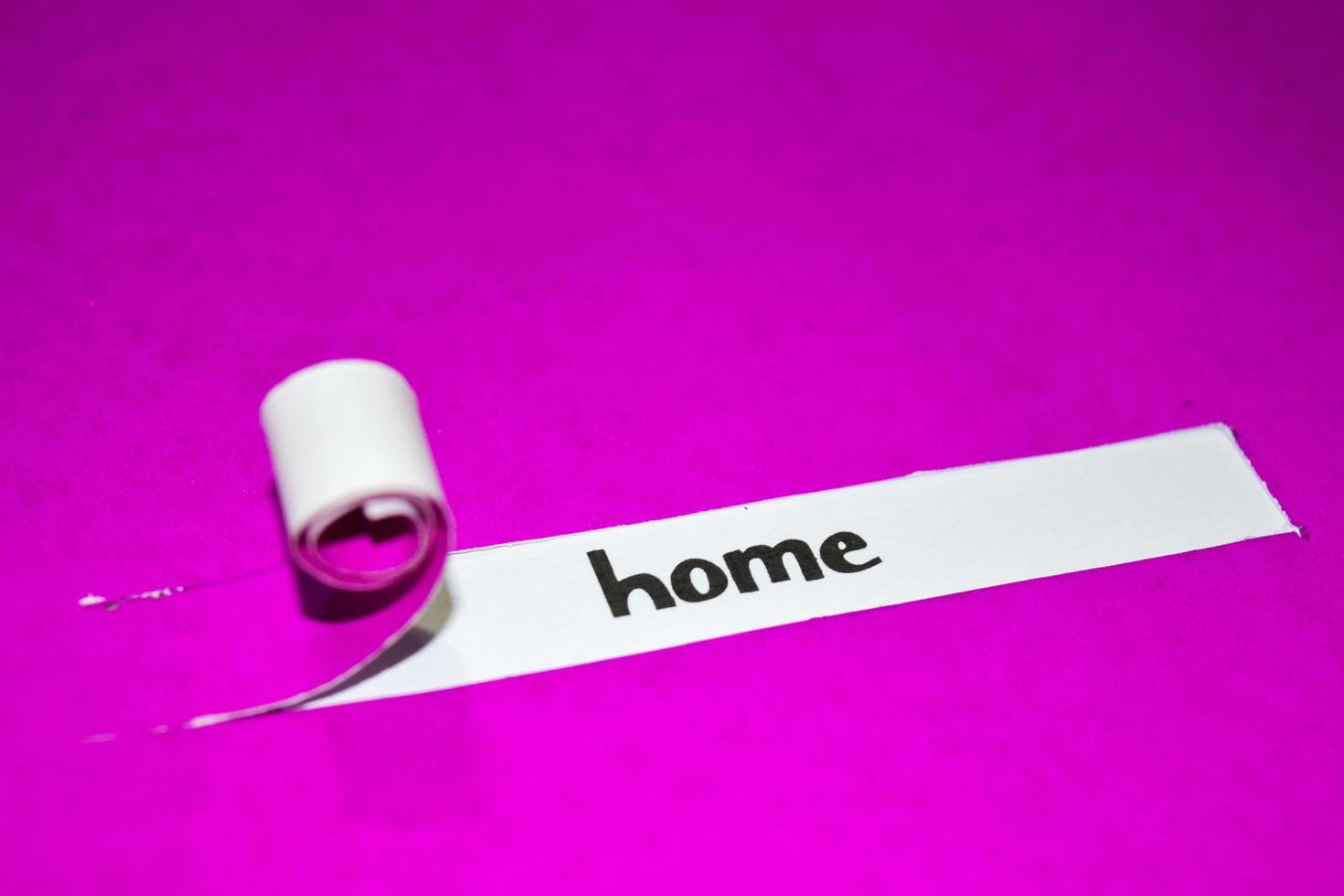 home-tekst, inspiratie, motivatie en bedrijfsconcept op paars gescheurd papier foto