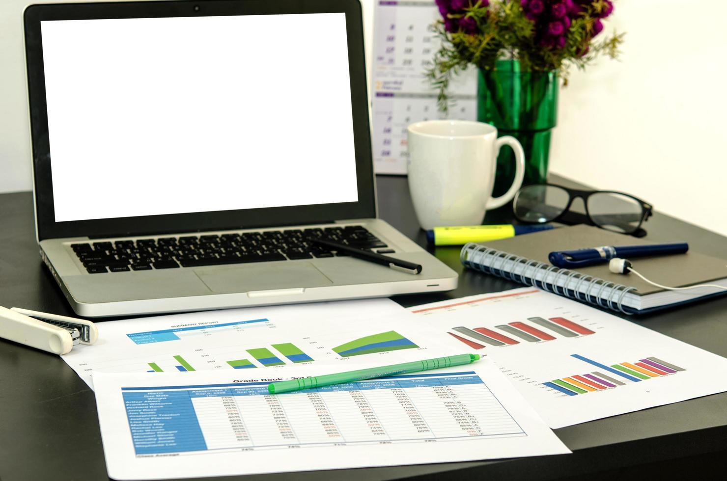 laptop scherm mock-up op een bureau foto