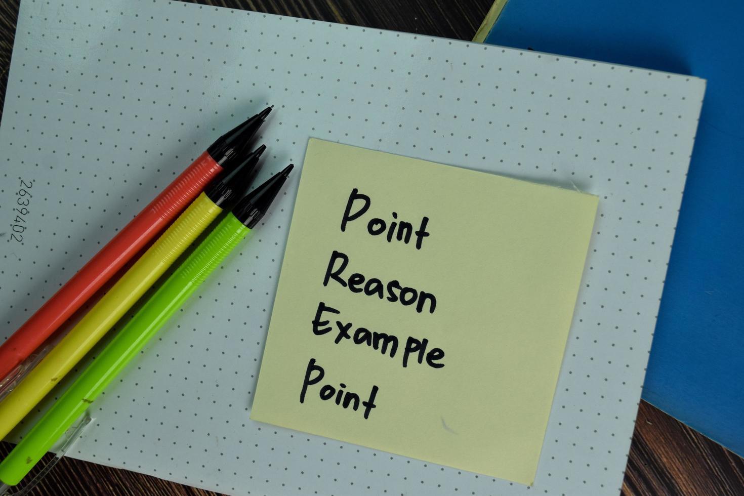 punt reden voorbeeld punt geschreven op notitie geïsoleerd op houten tafel foto