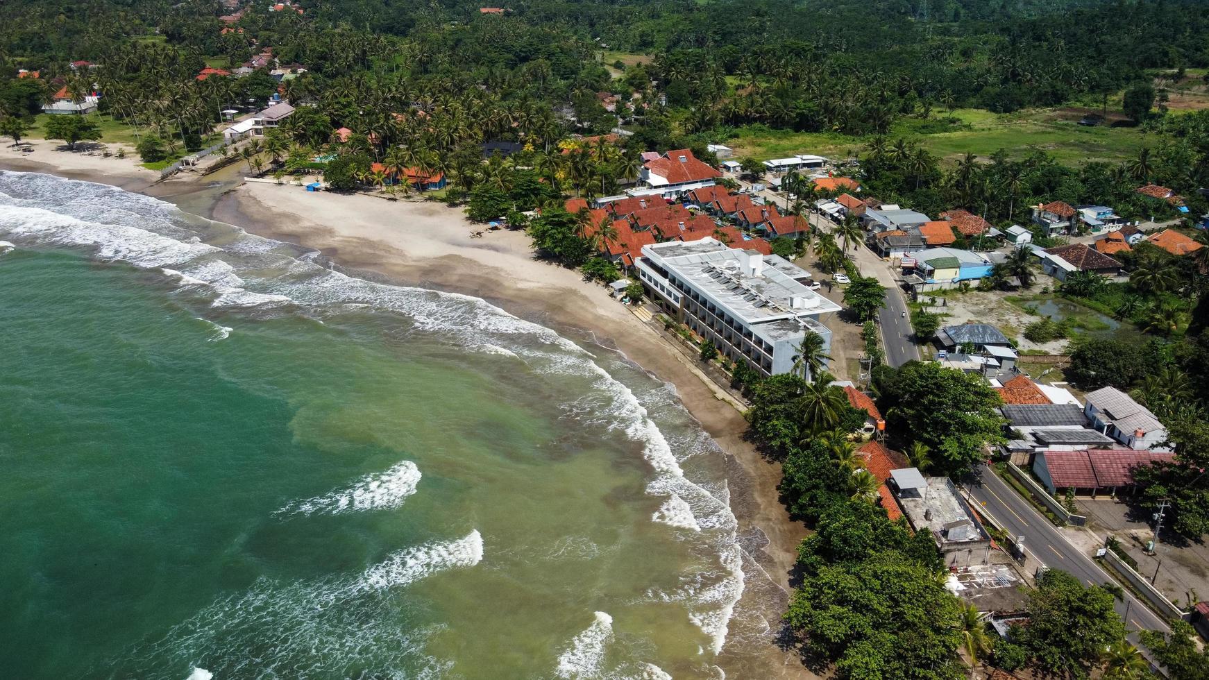 Banten, Indonesië 2021 - luchtfoto van het strand van Karang Bolong foto
