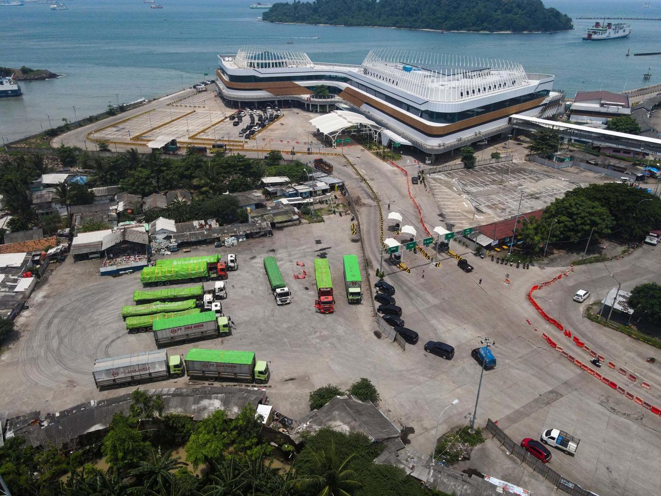 Banten, Indonesië 2021 - luchtfoto van de zeehaven Pelabuhan Merak en het stadshaveneiland foto