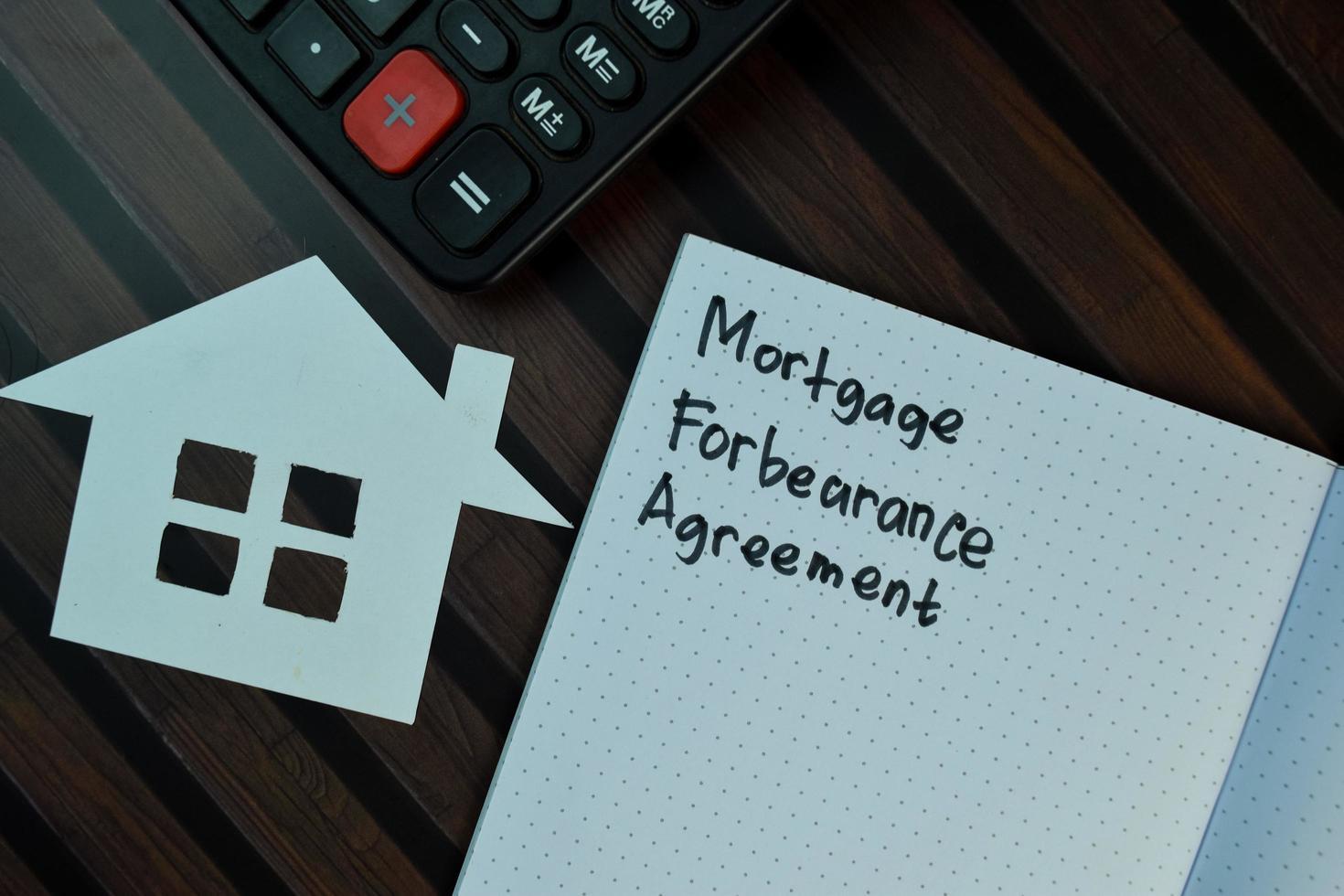 hypotheek respijtovereenkomst geschreven op notitie geïsoleerd op houten tafel foto