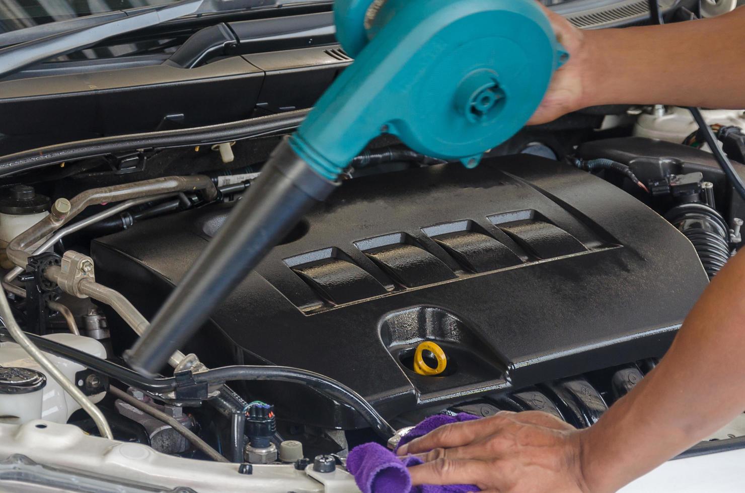 het schoonmaken van de motor van een auto foto